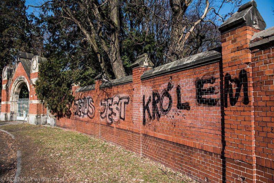 W niedzielę wrocławianie wspólnie zmyli napis 'Jezus jest królem' z muru zabytkowego cmentarza żydowskiego. W nocy znów ktoś go namalował