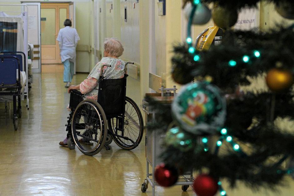 Niektóre rodziny oddają w święta seniorów do szpitali