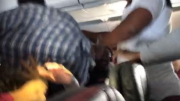 Pijany pasażer awanturuje się na pokładzie