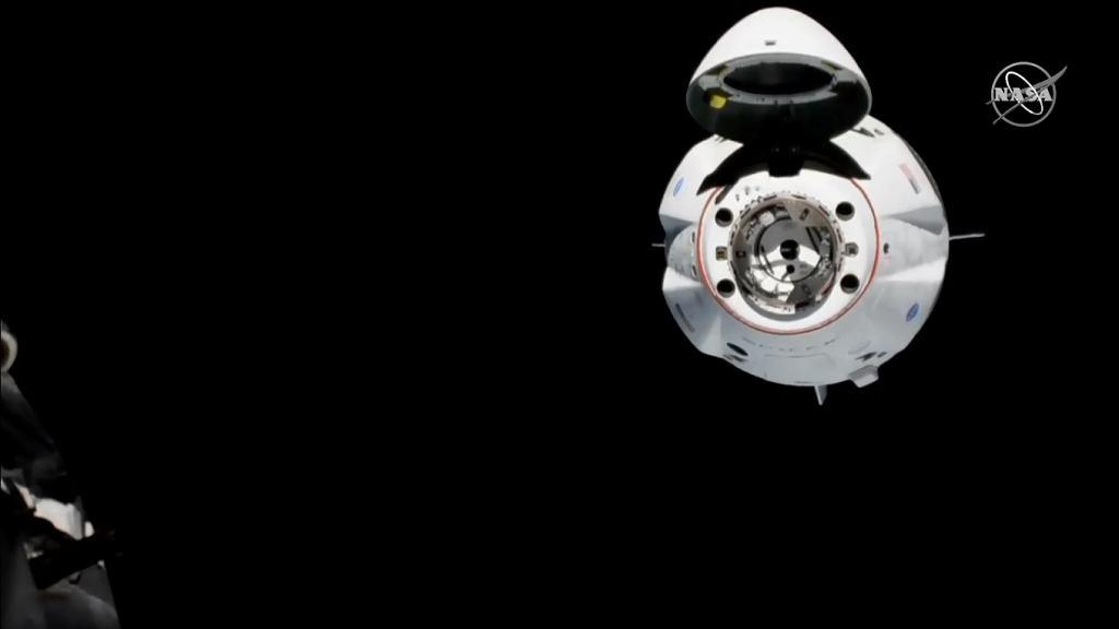 Crew Dragon dokuje do ISS
