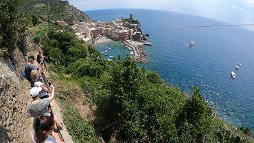 Turyści na jeden ze ścieżek w Cinque Terre