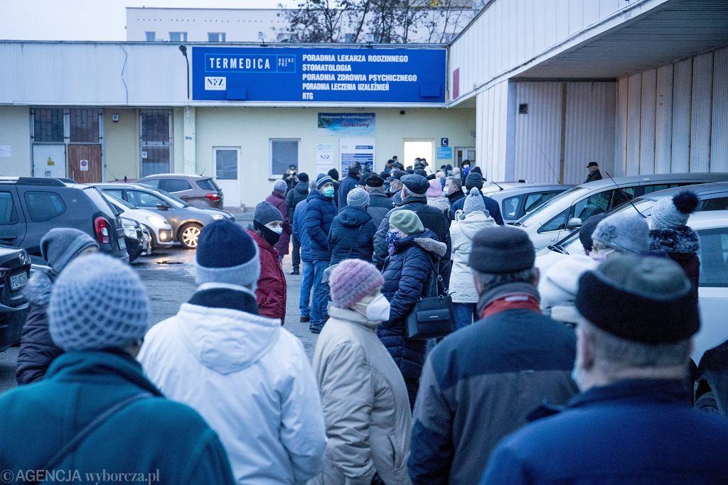 22.01.2021, Poznań, kolejka do punktu szczepień przeciwko COVID-19 na osiedlu Bolesława Chrobrego