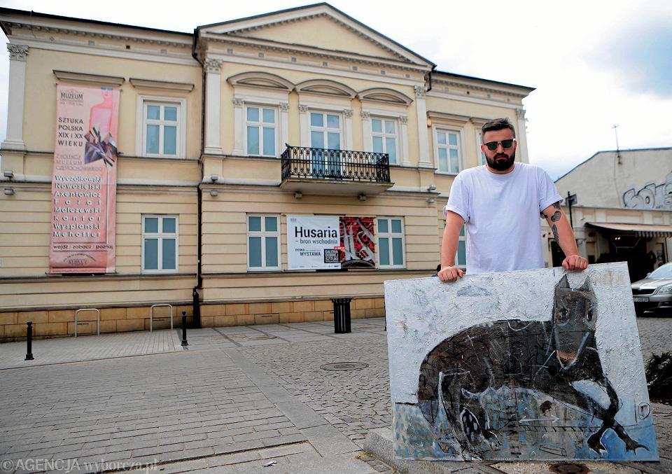 Mateusz Pawełczyk przed Muzeum Dobrej Sztuki w III Alei z jedną ze swoich prac