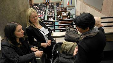 Sejmowej debacie nad obywatelskim wnioskiem o referendum ws. obowiązku szkolnego dla sześciolatków przysłuchiwali się rodzice. Na zdjęciu z lewej: Karolina Elbanowska, liderka ruchu Ratujmaluchy.pl