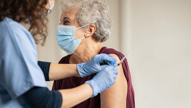 Zgony po szczepieniach starszych osób w Norwegii. Bać się? Weryfikacja faktów