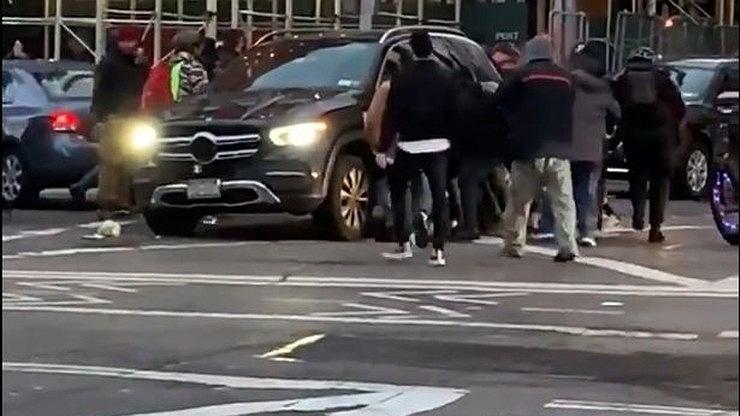 USA: przechodnie podnoszą samochód, by pomóc potrąconej 25-latce.