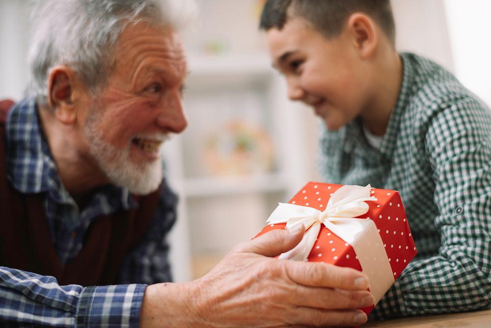 Życzenia na Dzień Dziadka sprawią dużo radości. Zdjęcie ilustracyjne