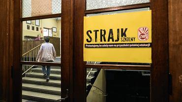 Strajk nauczycieli w II LO w Lublinie. Do szkoły trafiło specjalne wydanie 'Wyborczej'