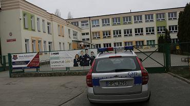 Policja przed Szkołą Podstawową nr 24 w Toruniu w czasie egzaminu gimnazjalnego