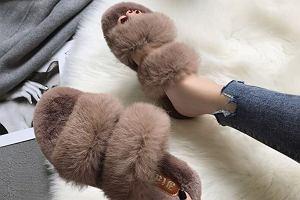 Stylowe buty po domu? Kapcie z futerkiem! Są ciepłe, wygodne i wyglądają uroczo. Zobacz nasze propozycje w super cenach!
