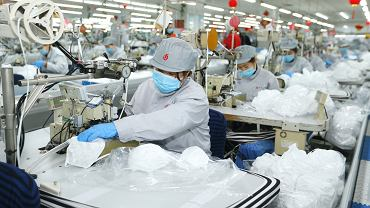 Chiny. Masowa produkcja masek ochronnych w związku z koronawirusem (zdj. ilustracyjne)