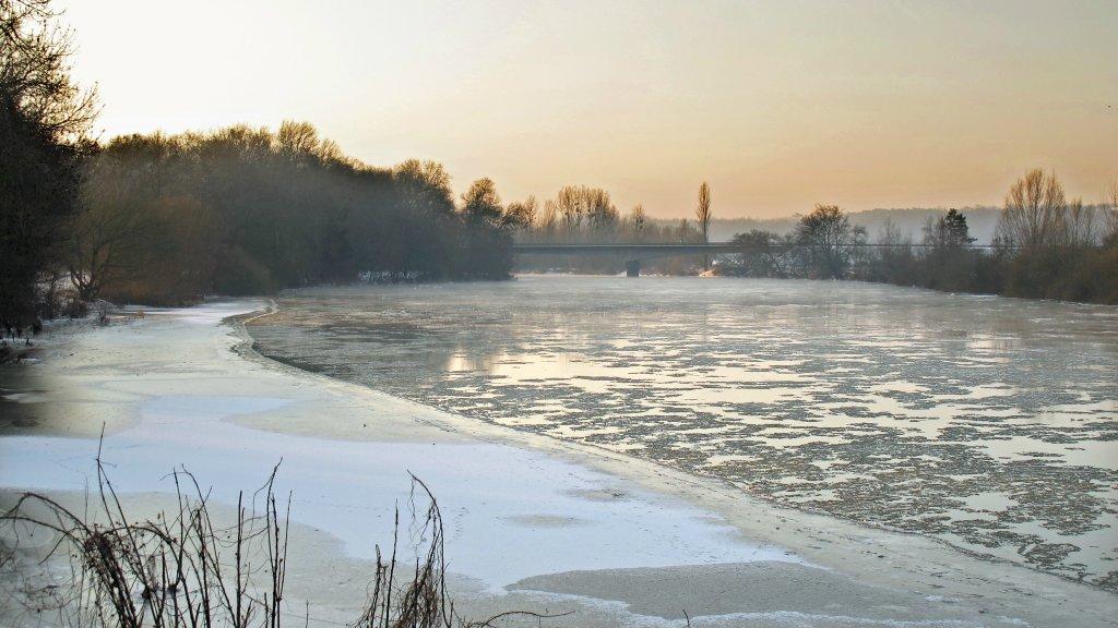 Pomimo mrozu, lód na rzekach i zbiornikach jest bardzo niebezpieczny
