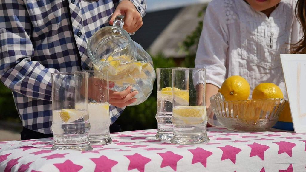 Woda z cytryną to napój który smakuje także dzieciom