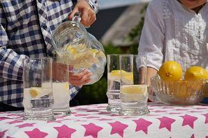 Woda z cytryną - dlaczego warto ją pić? Na co uważać?