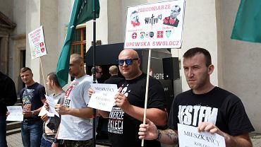 Członkowie ONR z Pabianic podczas protestu przeciwko podpisaniu umowy partnerskiej władz miasta z ukraińskim Kuźniecowskiem, którego honorowymi obywatelami są Stepan Bandera i Roman Szuchewycz