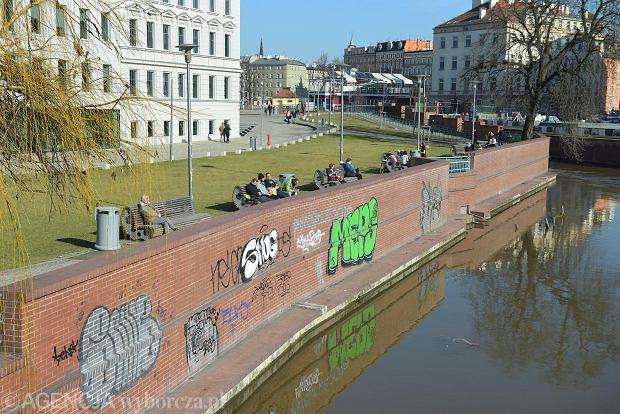 Zdjęcie numer 24 w galerii - Piękna pogoda wyciągnęła wrocławian z domów. Dużo spacerowiczów w Rynku i na bulwarach [ZDJĘCIA]