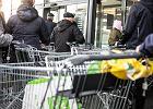 Rząd: nie będzie zamykania sklepów. A co z zapasami w magazynach? Jakie produkty trzeba mieć zgromadzone w domu? Wszystko, co chcecie wiedzieć, idąc na zakupy