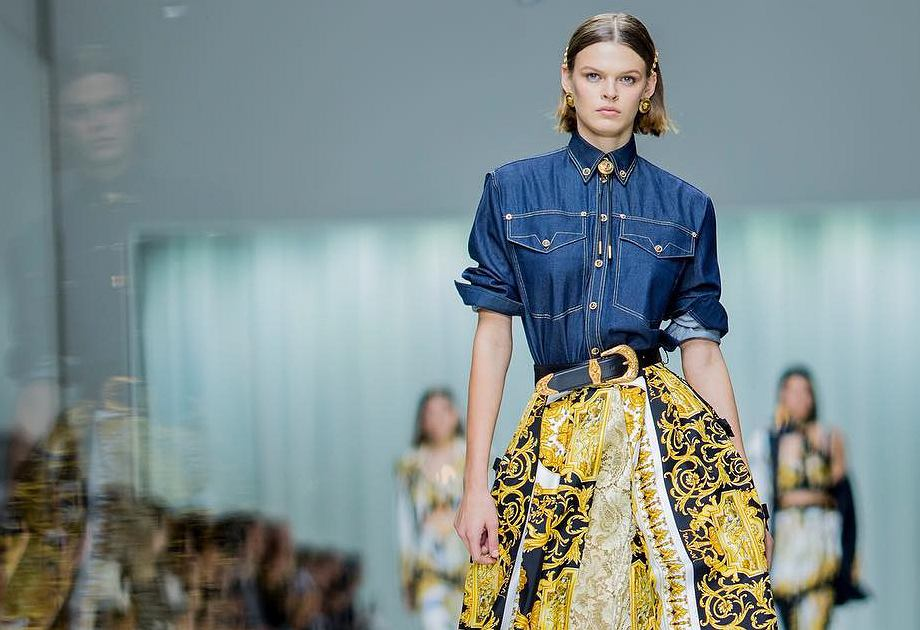 Jeans na wybiegu Versace