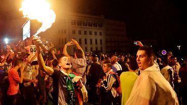 Algier - radość Algierczyków z awansu ich reprezentacji do 1/8 finału MŚ 2014 w Brazylii