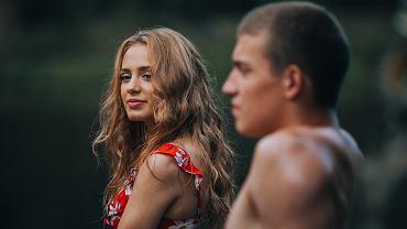 'W lesie dziś nie zaśnie nikt', horror Bartosza M. Kowalskiego (w kadrze Wiktoria Gąsiewska i Sebastian Dela), trafił do Netflixa z pominięciem premiery kinowej. Tuż przed jej datą zamknięto w Polsce kina