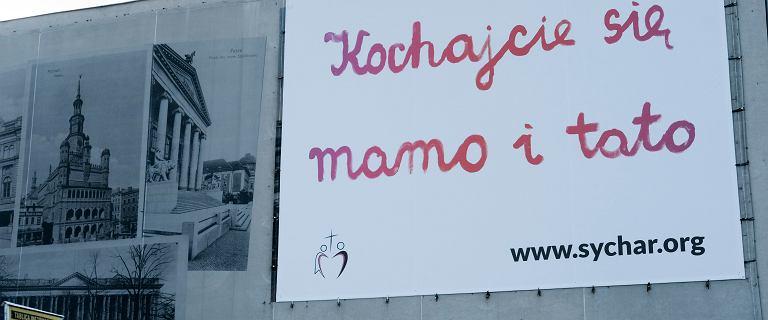 """Billboardy """"Kochajcie się mamo i tato"""" zalały Polskę. Kto za nimi stoi?"""
