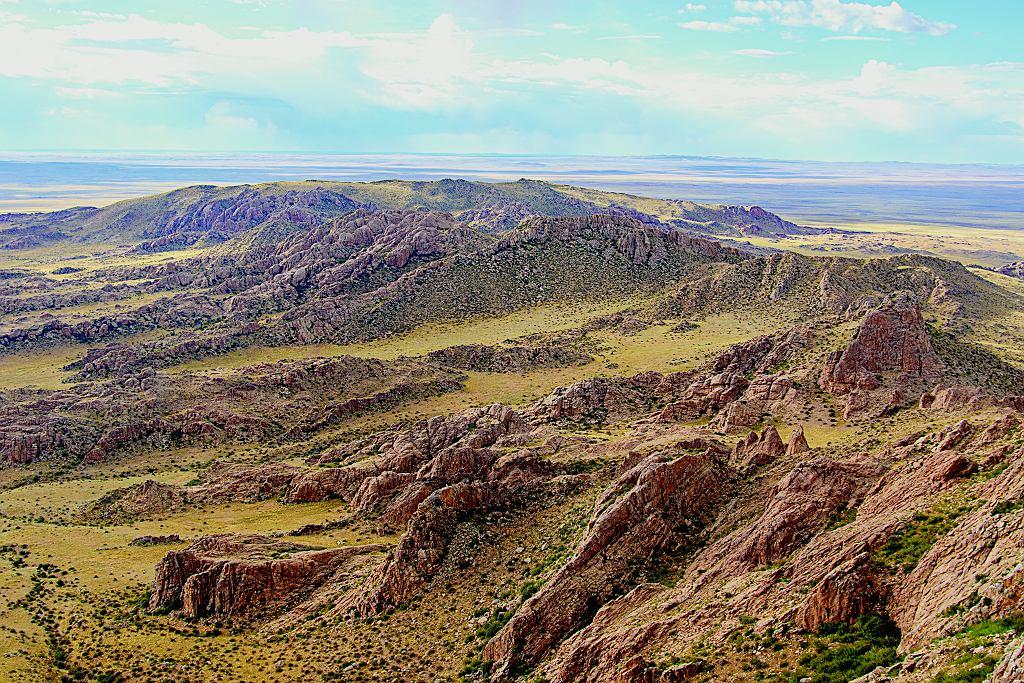 Formacje skalne Baga Gazriin Chuluu sięgają 1751 m i tworzą granitowy labirynt wznoszący się w sercu stepu.