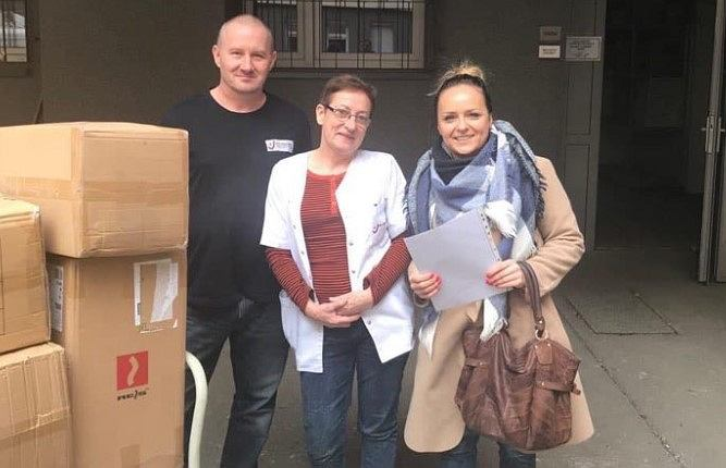 Anna Babińska reprezentująca MMP Neupack przekazuje pomoc dla bydgoskich szpitali