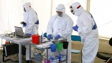 Pobieranie próbek do badań w laboratorium. Zdjęcie ilustracyjne