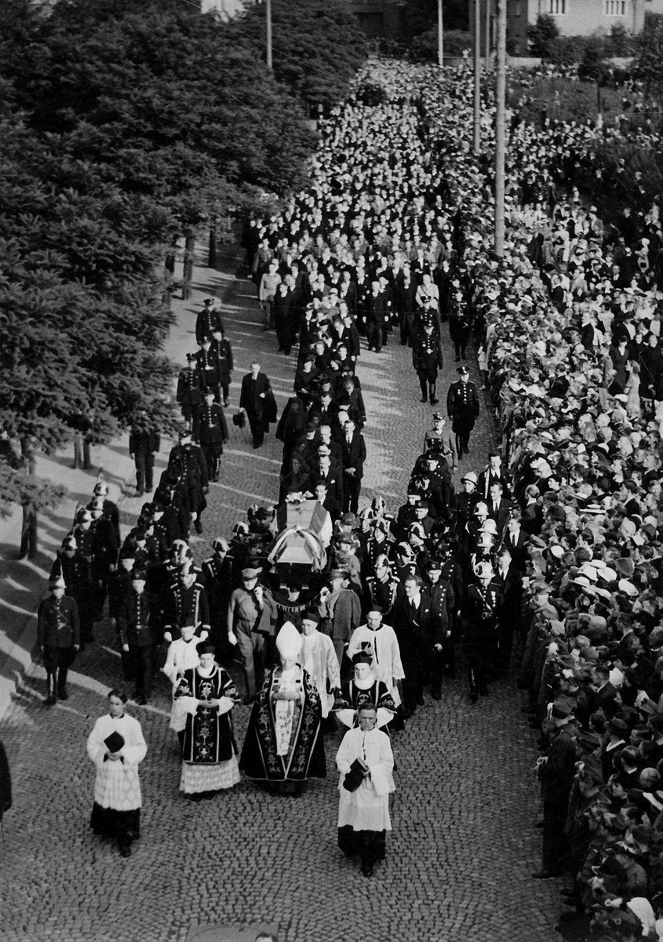 Zdjęcie numer 22 w galerii - Pogrzeb Wojciecha Korfantego był wielką antysanacyjną manifestacją [ARCHIWALNE ZDJĘCIA]