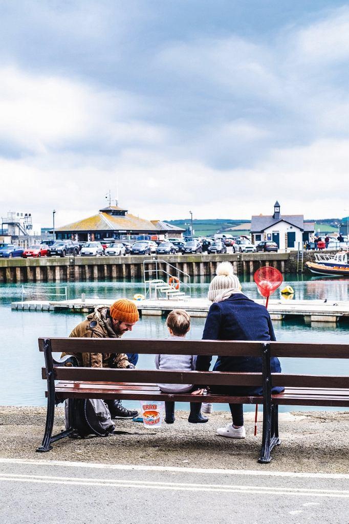Basen portowy w Padstow -zbieranie krabów to popularne zajęcie podczas wakacji w Kornwalii