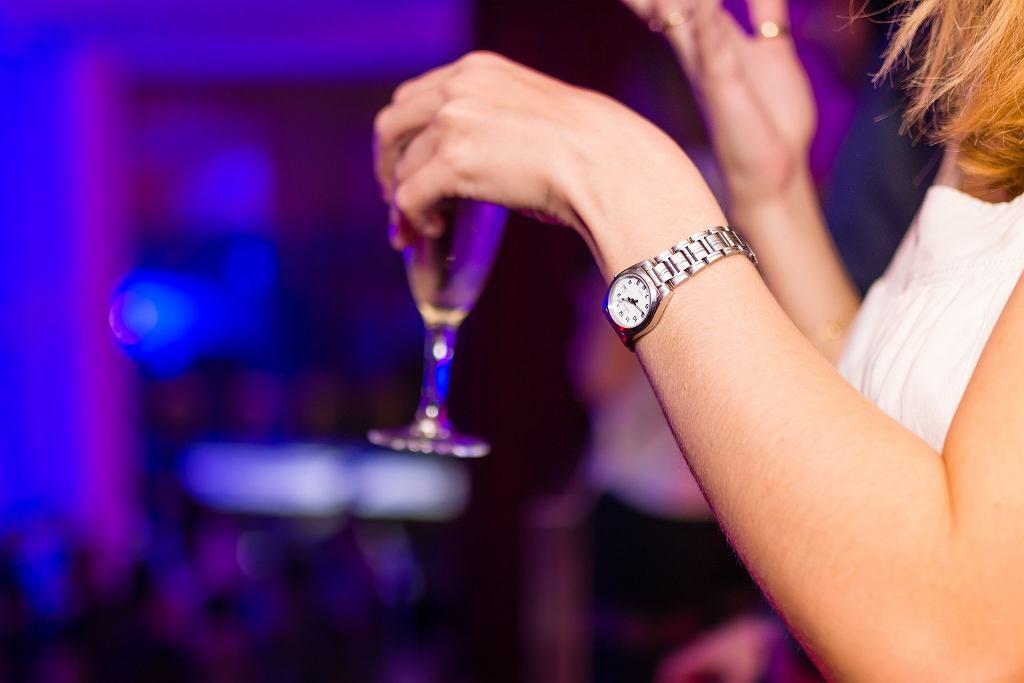 Kobieta pijąca alkohol