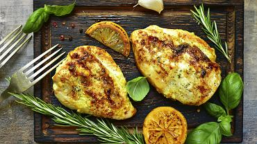 Marynata do kurczaka z grilla wbrew pozorom często wzbudza emocje. Jaką wybrać?