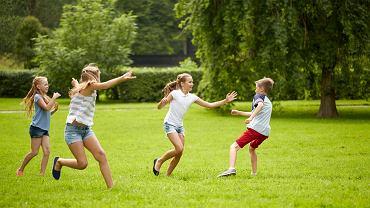 Zabawy na dworze - do jednej z najpopularniejszych należy berek. Dzieci z nadwyżką energii mogą się swobodnie wyszaleć.