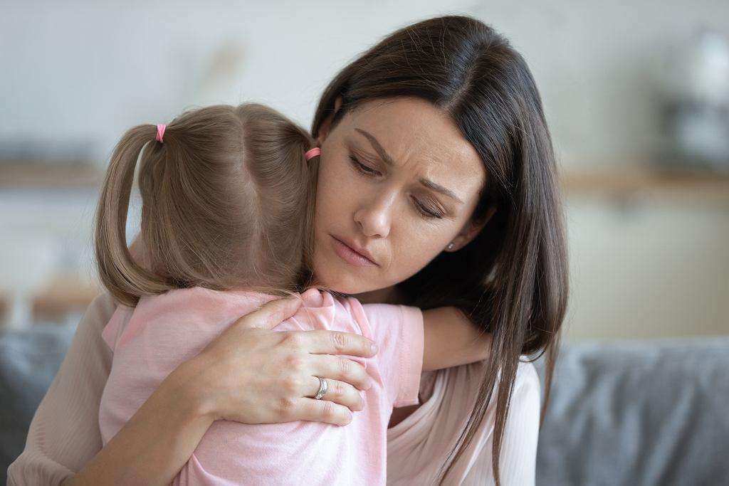 Jak nadopiekuńczy rodzice krzywdzą swoje dzieci. Animacja pokazuje, czym to grozi, jeśli nie odetnie się pępowiny