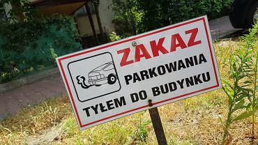 Zakaz parkowania tyłem do budynku