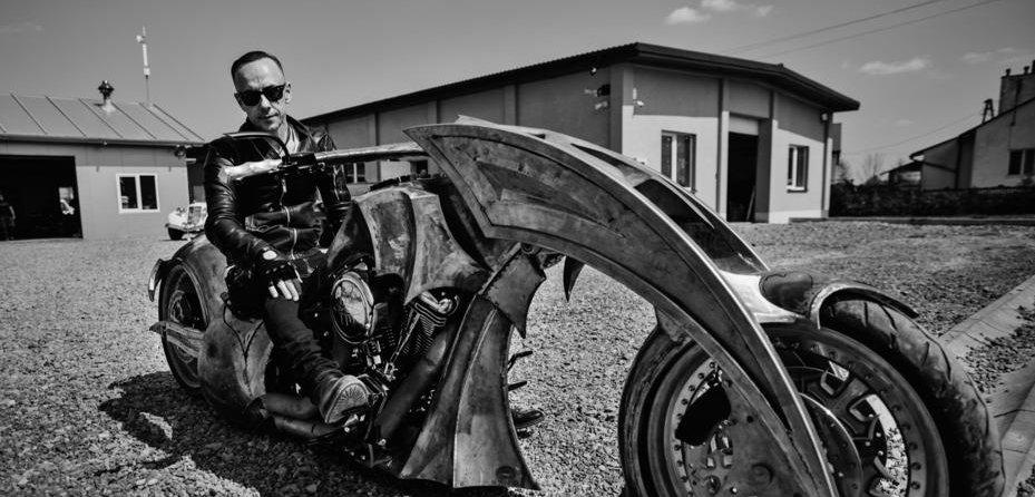Nergal prezentujący motocykl