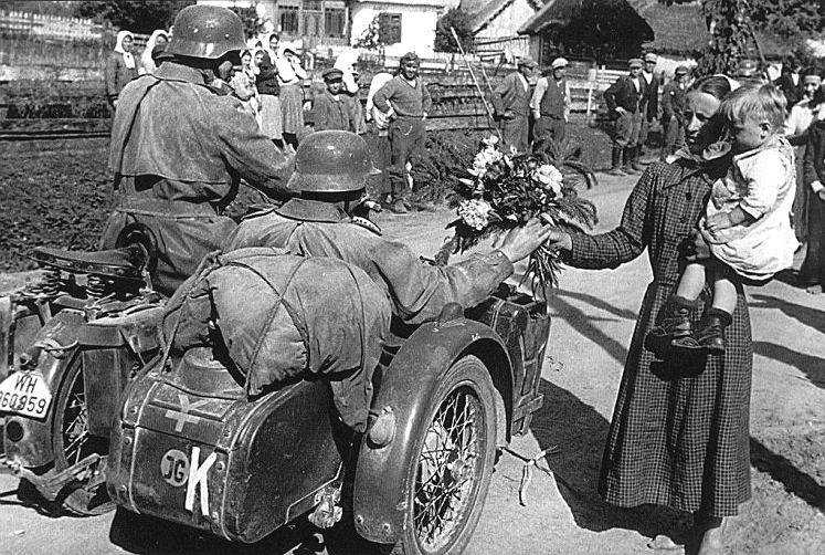Mieszkańcy ukraińskiej wioski witają kwiatami żołnierzy Wehrmachtu. W pierwszych tygodniach po ataku na Związek Radziecki nastawienie części ludności do Niemców nie było wrogie