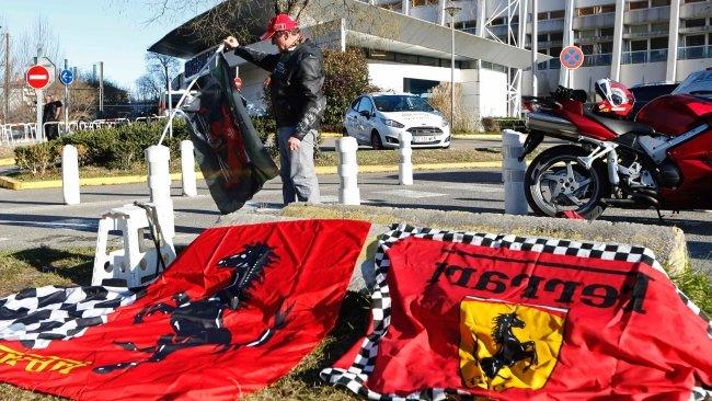 Fani Schumachera gromadzą się przed szpitalem w Grenoble