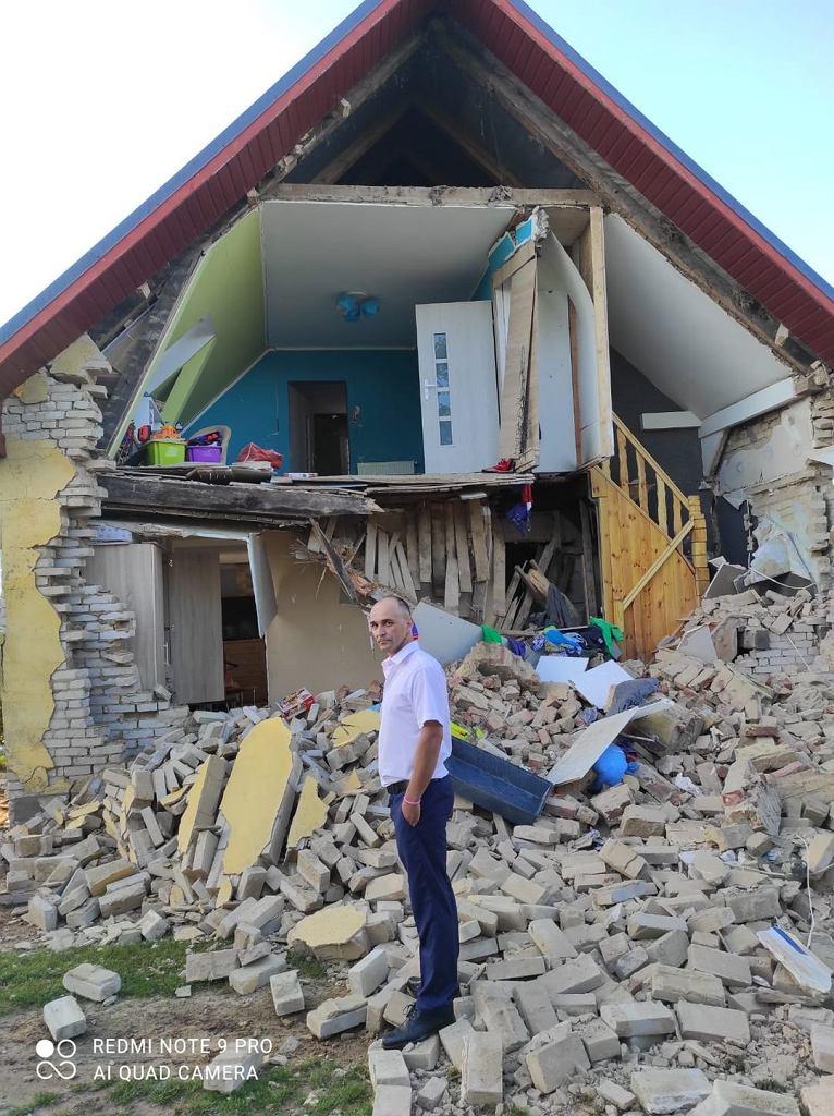 Tak wygląda dom po wybuchu. Na zdjęciu Adam Wawrzyniak, właściciel zrujnowane już nieruchomości