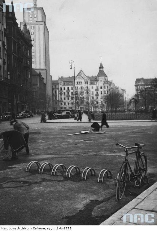 Strzeżony postój dla rowerów na pl. Napoleona