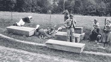 2 września 1946 r. Przygotowania do pogrzebu we wsi Łodzina k. Sanoka, 1 Dwa dni wcześniej ukraińscy nacjonaliści spalili wieś i zamordowali dziewięciu mieszkańców - Polaków i Ukraińców (Archiwum Muzeum Historycznego w Sanoku)