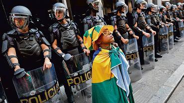 Nastoletni fan futbolu przed kordonem policji w Sao Paulo. Policja użyła wczoraj gazu łzawiącego, by rozproszyć strajkujących od pięciu dni pracowników metra