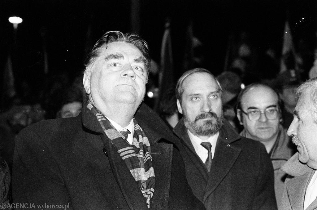 Jan Olszewski i Antoni Macierewicz w 1992 roku podczas rocznicy pacyfikacji kopalni Wujek w Katowicach.
