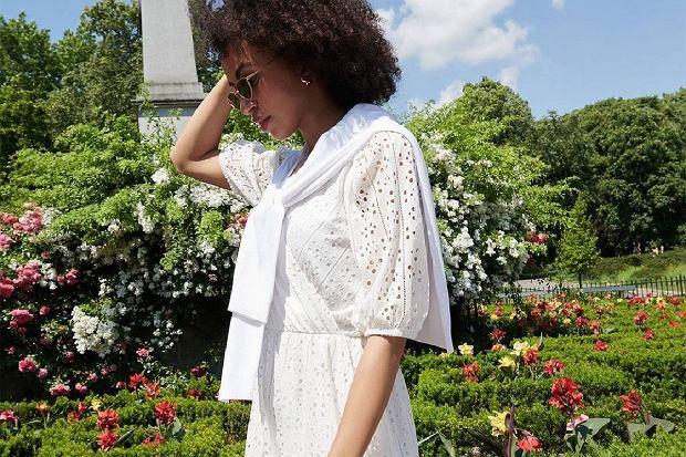 Ta biała sukienka Mohito jest przeceniona o ponad połowę! Ażurowy detal podkreśla kobiecość
