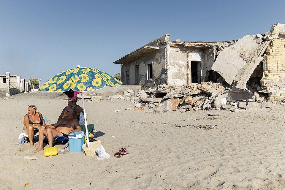 z26315982V,Turysci-opalaja-sie-w-poblizu--zrujnowanego-domu-n.jpg
