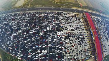 Chiny są najbardziej zakorkowanym krajem świata. Rekord pobity 7 października na drodze Hongkong-Pekin może nie utrzymać się długo . Na zdjęciu - powrót mieszkańców Pekinu 6 października, po święcie państwowym
