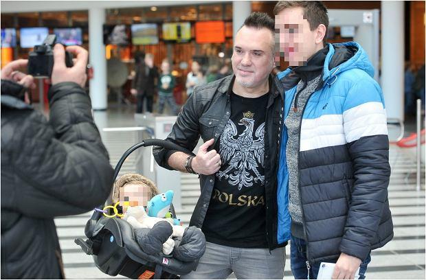 Zdjęcie numer 7 w galerii - Szymon Wydra z synem opuszcza budynek TVP. Rysio jest uroczy, ale patrzymy na wokalistę. Wiedzieliście, że TAK teraz wygląda?