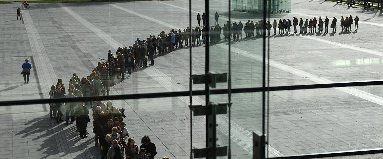 Setki ludzi pod wrocławskim NFM. Stali po bilety na spotkanie z noblistką