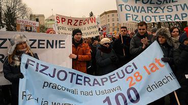 Protest fizjoterapeutow pod Sejmem