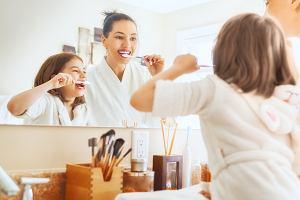 Dziecko cię naśladuje i po tobie powtarza? Jak to wykorzystać do nauki higieny, a na co uważać?